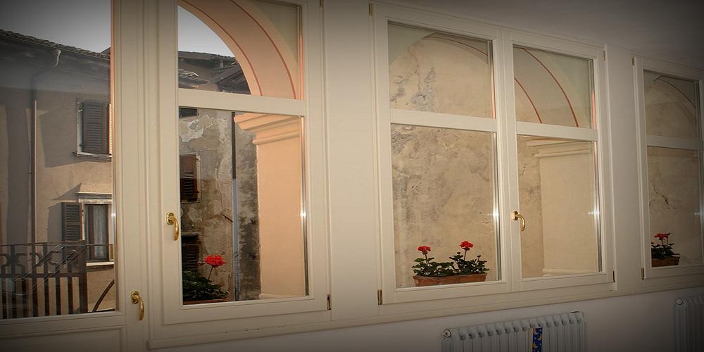 finestra in legno sbiancata