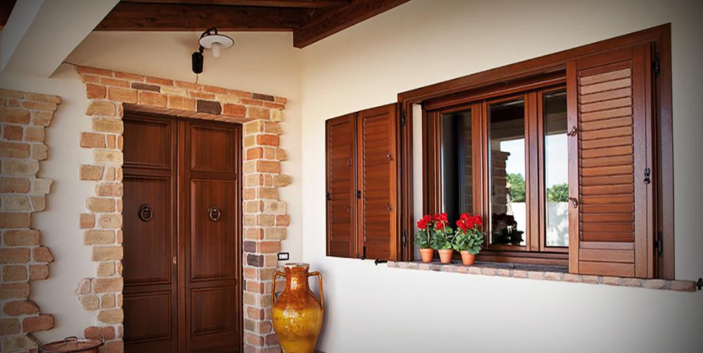 finestra in legno con persiane